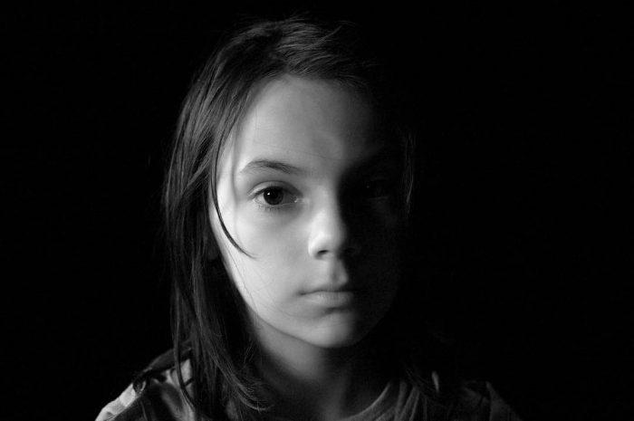 《金刚狼3》首曝女主角X-23定妆照 将成未来的金刚狼 小演员达芙妮·基恩饰演