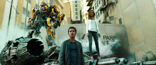 《变形金刚3》海报上的一幕:矗立黑色双引擎飞船上的男女主角