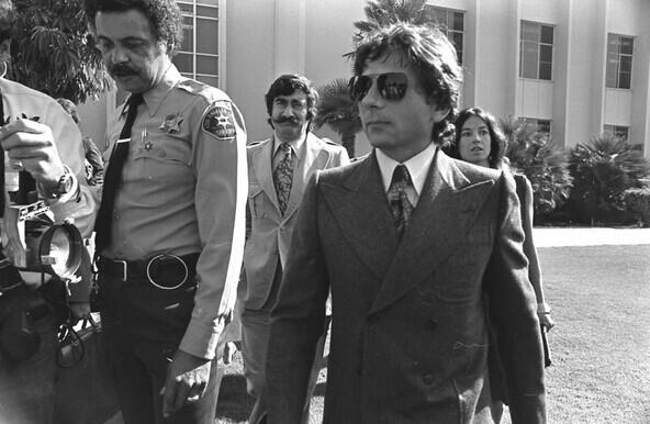 1977年,波兰斯基抵达美国法院,当时他被指控六项重罪。