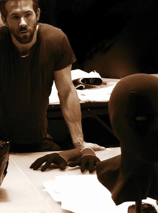 雷诺兹自曝《死侍》戏服 还原度超高 距上映一周年雷诺兹发推倒计时