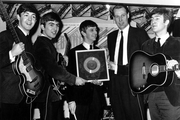 """""""披头士""""制作人乔治·马丁(George Martin)辞世 享年90岁"""