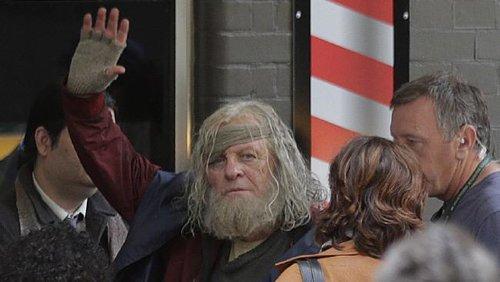 《雷神3:诸神黄昏》最新片场照奥丁现身 霍普金斯调皮吐舌挥手
