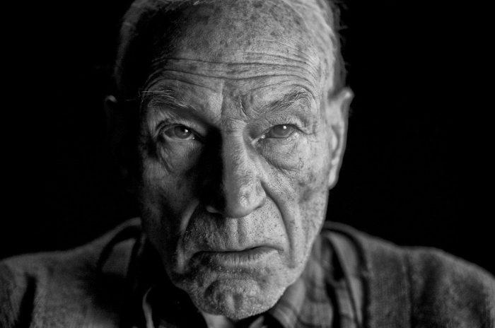 《金刚狼3》曝光X教授照片 黑白影像面容苍老 X战警面临超能力退化危机