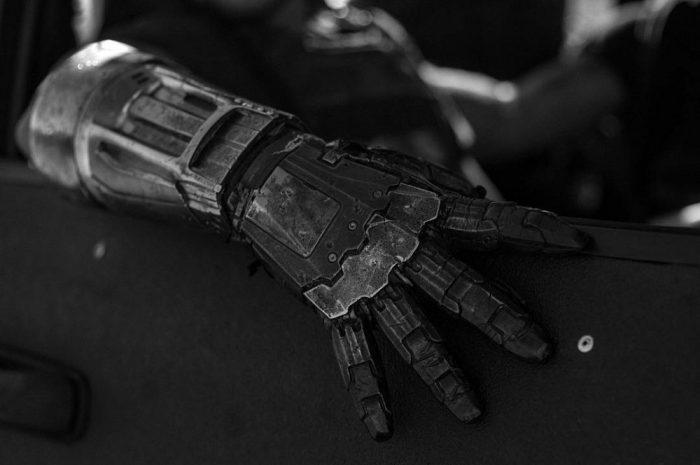 《金刚狼3》再次发布官方剧照 继续延续黑白风格 无名机械手寒气逼人