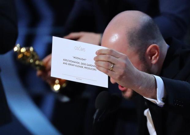 《爱乐之城》制片人展示最佳影片信封中的结果,上面写着《月光男孩》