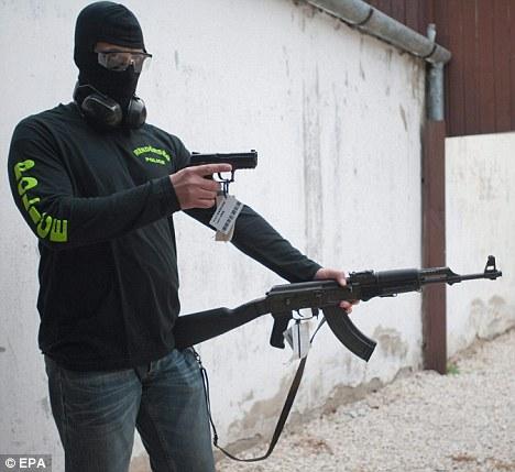 皮特新片片场道具枪变真枪 警方介入调查