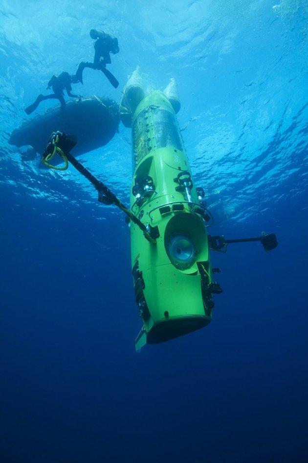 """下潜中的""""深海挑战者""""号(拍摄于2012年2月份,""""深海挑战者""""在巴布亚新几内亚附近海域进行下潜试验)"""