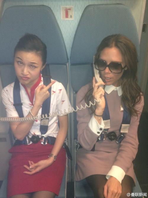 """贝嫂向乘客播报""""WELCOME TO BEIJING"""",真正的空姐在一边表情搞怪"""