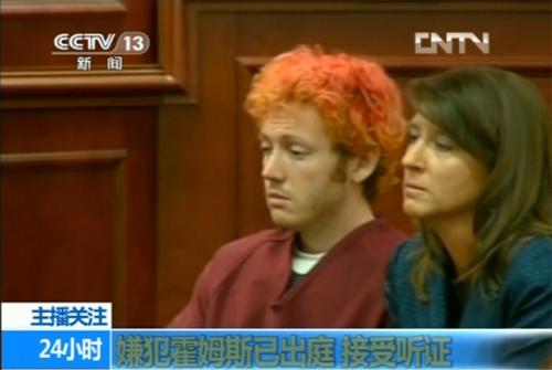 """""""蝙蝠侠""""枪击案嫌犯詹姆斯·霍尔姆斯(James Holmes)首出庭 红发拒与当局合作"""