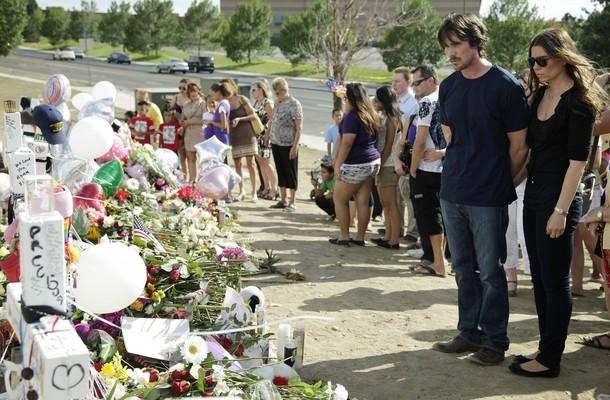 蝙蝠侠饰演者克里斯蒂安·贝尔(Christian Bale)7月24日与妻子Sibi Blazic前往科罗拉多奥罗拉吊唁影院枪击遇难者并看望受害者