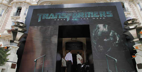 《变3》在戛纳电影宫大门布置的三块电子屏,宣传声势浩大