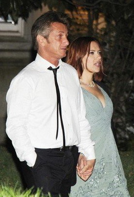 西恩·潘与斯嘉丽·约翰逊于4月30日牵手公开恋情