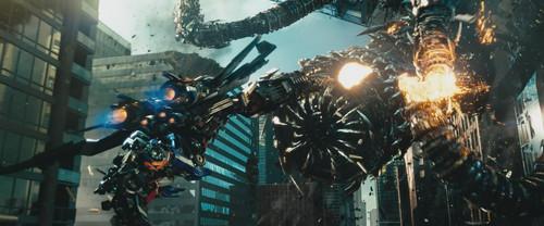 """3D预告片压轴场面:""""机甲形态(mech suit)""""的擎天柱飞行杀到, 激战正伸出触手大肆破坏的""""章鱼金刚"""""""