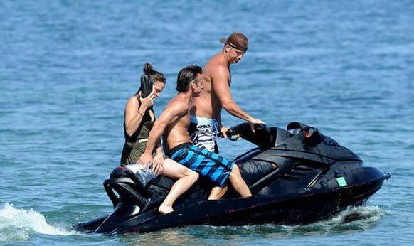 西恩·潘与神秘女子半裸骑游艇图曝光,两人半裸贴身亲密无间。