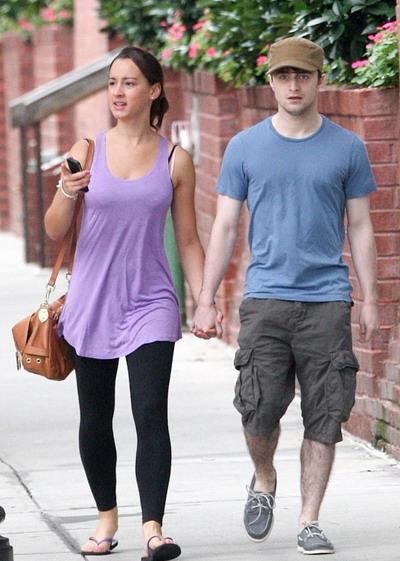 """""""哈利·波特""""丹尼尔·雷德克里夫牵着""""神秘新女友""""纽约散步"""