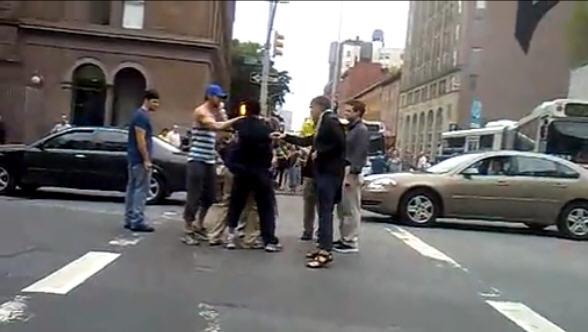"""瑞恩·高斯林""""惊现""""纽约街头 出手制止殴斗[V]"""