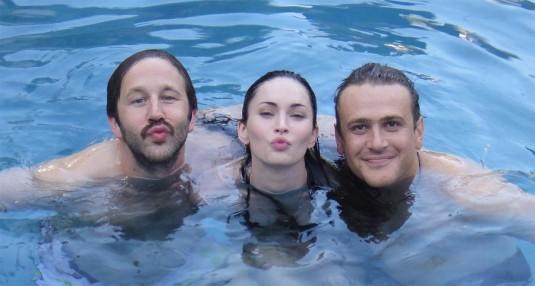 阿帕图新作《四十不惑》 梅根·福克斯泳池剧照