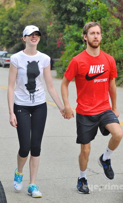 安妮海瑟薇与男友现身公园 晨跑不忘秀恩爱