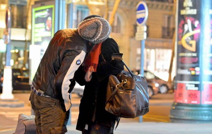 布莱德利库珀新恋情终曝光 与20岁嫩模女友Suki Waterhouse挽手接吻游巴黎