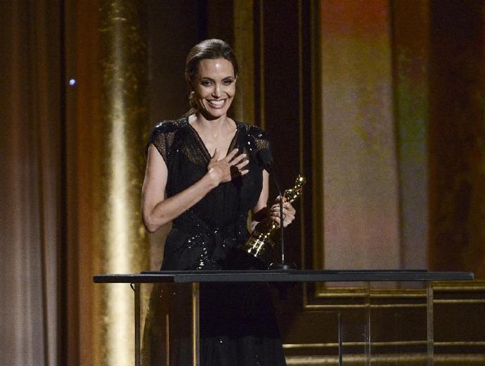 安吉丽娜·朱丽(Angelina Jolie)获奥斯卡人道主义奖(组图)