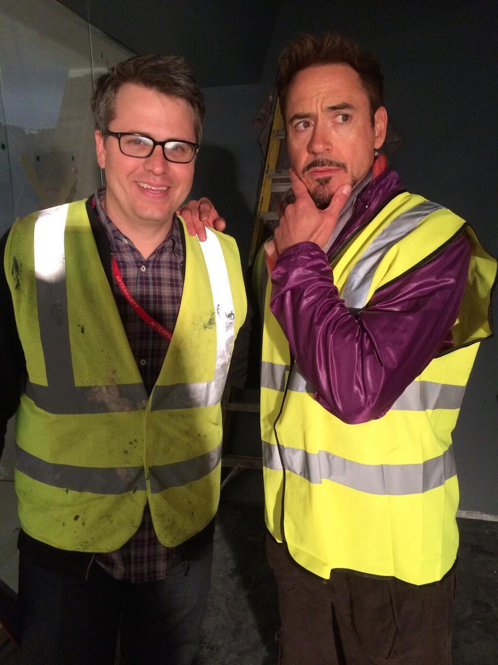 小罗伯特·唐尼自曝《复联2》片场照 钢铁侠与制片人身穿荧光服亮相