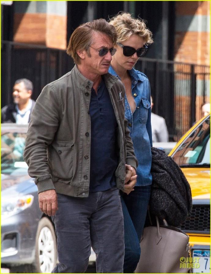 """""""女神杀手""""西恩·潘(Sean Penn)和查理兹·塞隆(Charlize Theron)纽约街头牵手漫步"""