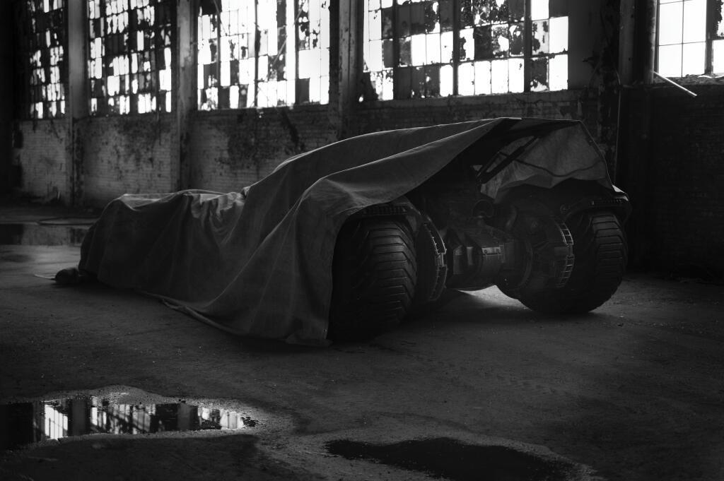 """《超人大战蝙蝠侠》(Batman vs. Superman)曝光全新""""蝙蝠车"""""""