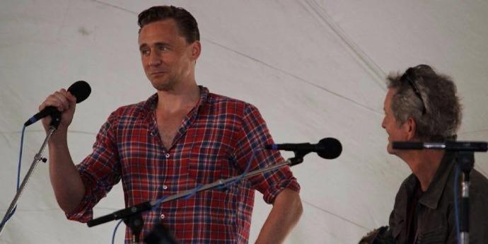 """""""抖森""""汤姆·希德勒斯顿(Tom Hiddleston)献唱Wheatland 音乐节"""
