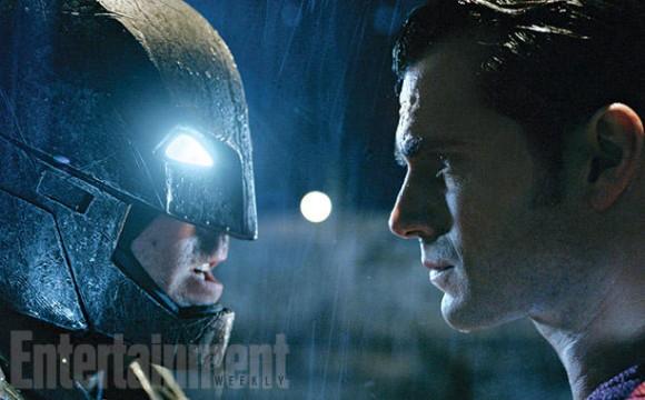 虽然超人比蝙蝠侠更强壮,但本·阿弗莱克身高1.9米,比亨利·卡维尔高一点