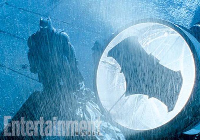 为了与超人对战,蝙蝠侠制作了一套新的机甲战袍,用到了超人的克星元素——氪(kryptonite)