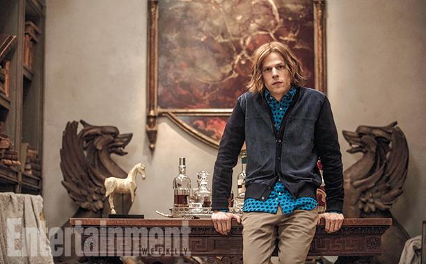 """杰斯·艾森伯格(Jesse Eisenberg)扮演超人的夙敌""""莱克斯·卢瑟""""(Lex Luthor),他在影片开始时头发茂密,有点长,是金棕色,还打着卷,但后来会变成光头"""