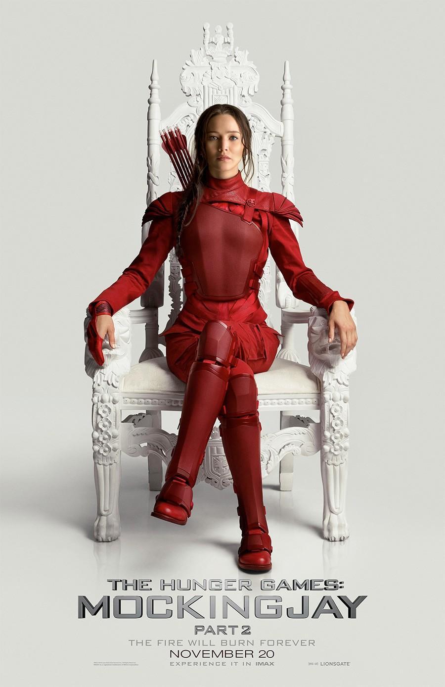 《饥饿游戏》发劳伦斯单人海报 身穿血色战袍端坐王位