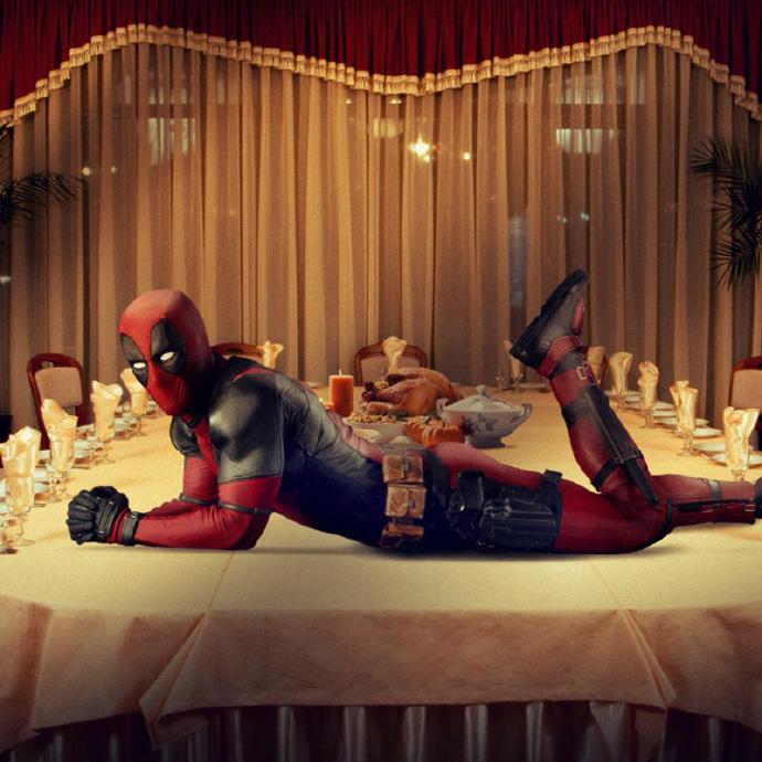 《死侍》(Deadpool)发新照庆祝感恩节 瑞安雷诺兹妩媚趴餐桌