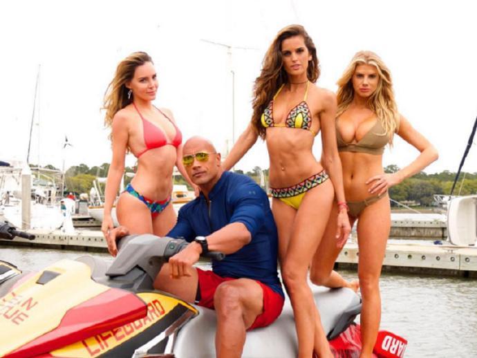 《海滩救护队》(Baywatch)曝新照 三女星加盟泳衣抢镜 强森上演英雄救美