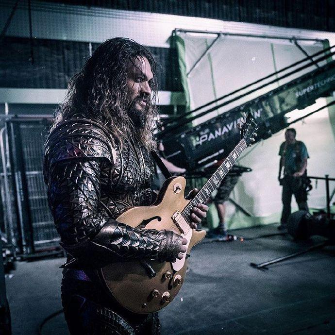 扎导偷拍海王《正义联盟》片场弹吉他 海王&神奇女侠&闪电侠组团玩音乐玩到嗨