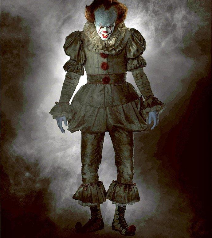 恐怖片《小丑回魂》(It)曝小丑全身照 结合多时代服饰特点