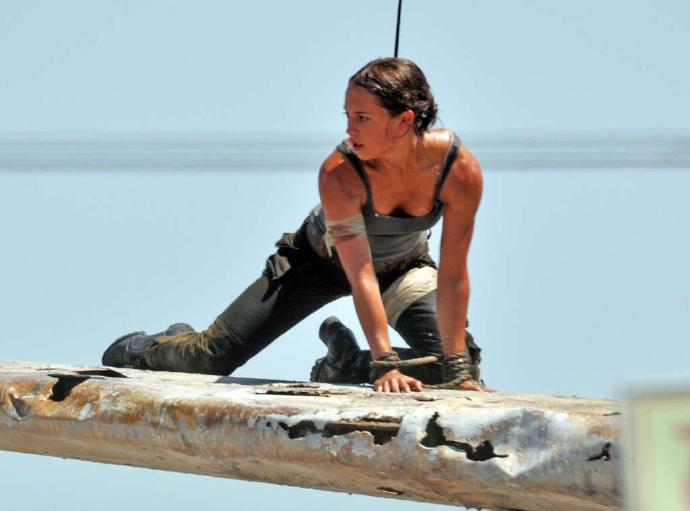 """新版""""劳拉""""艾丽西亚·维坎德(Alicia Vikander)在《古墓丽影》片场现身"""