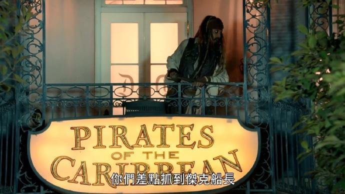 约翰尼·德普扮成杰克船长现身迪士尼乐园【中字】