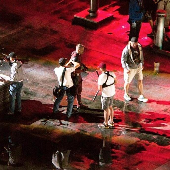 《死侍2》新片场照 雷诺兹布蕾克隔面具热吻