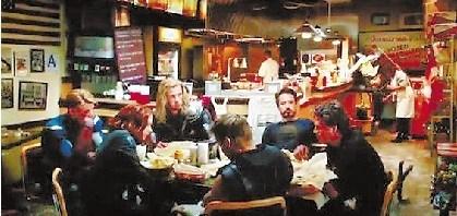 《复仇者联盟》(The Avengers) 彩蛋二号 妇联英雄阿拉伯烤肉聚餐视频