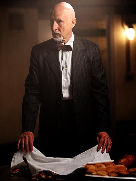 """詹姆斯·克伦威尔 饰演 Arden医生,他的虐待狂实验""""创造""""了一群变异的人类,被称作""""Raspers"""""""