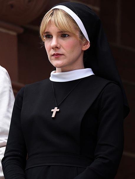 莉莉·拉贝 饰演 修女Eunice,修女Jude的二把手