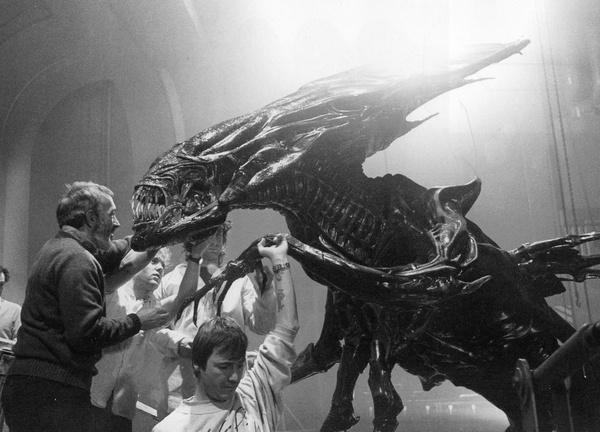在拍摄间隙,温斯顿、马涵和罗森格兰特一起为女皇补充唾液。为了减轻女皇傀儡体内特技演员的负担,另一位特技演员托着女皇的一支手臂。