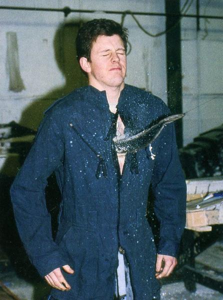 朱利安•卡尔铎亲自测试藏有折叠尾巴尖儿的胸部衬板,这是尾巴尖儿被拉出的瞬间。