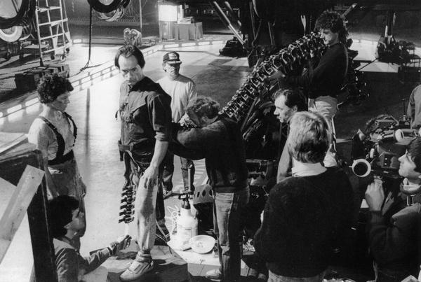 温斯顿正在片场为扮演主教的亨利克森调整背后连接女皇尾部的基座,而詹姆斯•卡梅隆(背对镜头)和摄影师已经在一旁等候开拍。