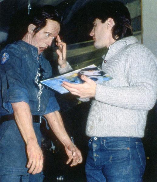 在开拍前,埃里克•吉利斯正在为亨利克森的假身进行最后的细节加工。