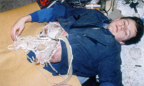 朱利安•卡尔铎为亨利克森测试残躯化妆效果。
