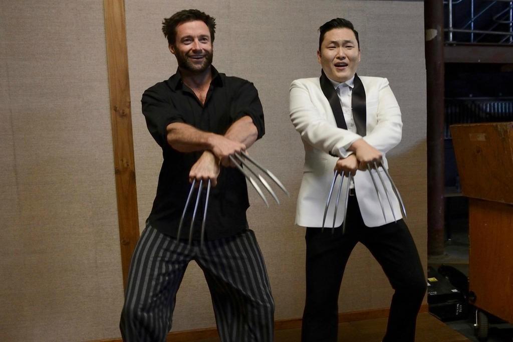 """""""金刚狼""""休·杰克曼(Hugh Jackman)与""""鸟叔""""PSY和跳江南Style骑马舞"""
