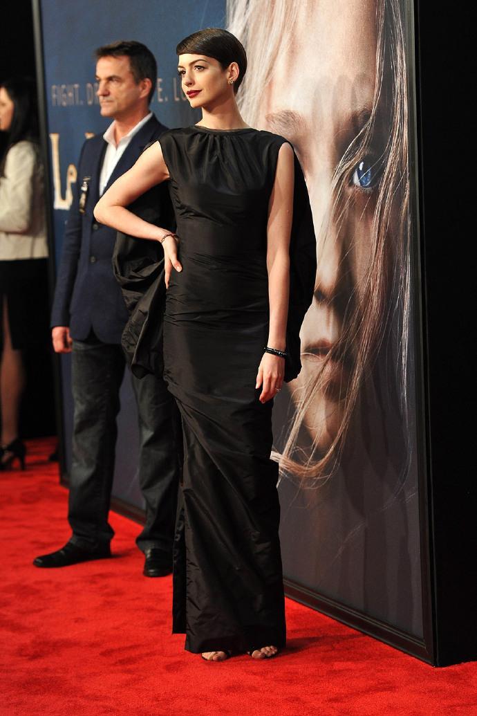 安妮·海瑟薇(Anne Hathaway)纽约《悲惨世界》(Les Misérables)首映不慎走光