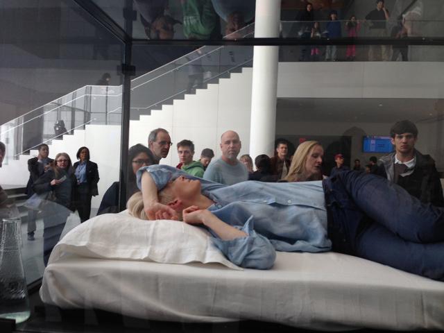 """蒂尔达·斯温顿(Tilda Swinton)在纽约现代艺术博物馆上演""""睡觉秀"""""""